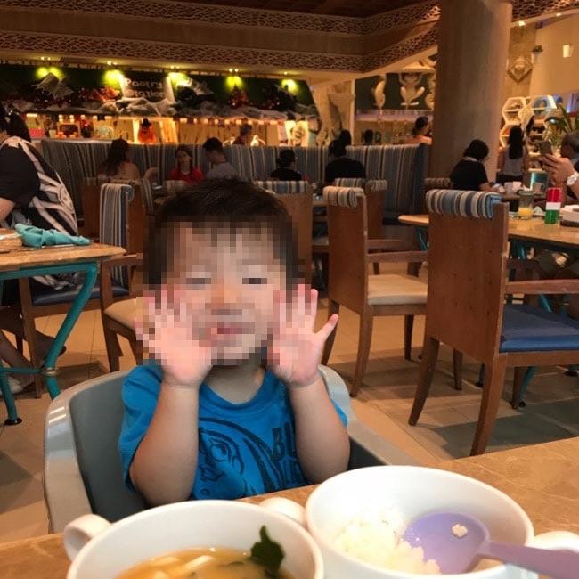 ホテルで朝食を食べる子供