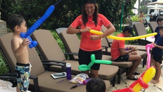 セントーサ島のホテルのプールサイドで遊ぶ子供